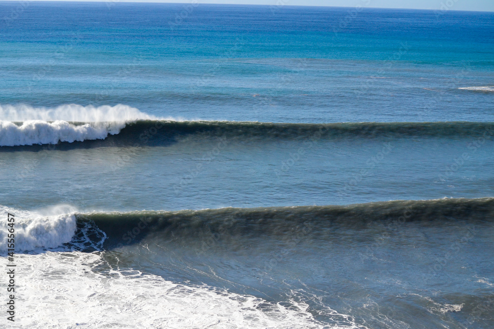 Beautiful view of sea waves on clear blue water - obrazy, fototapety, plakaty