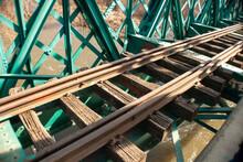 Vía De Tren En El Puente Verde Del Parque Regional Del Sureste
