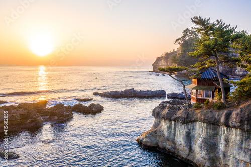 Obraz 茨城県五浦海岸(六角堂含む)の日の出 - fototapety do salonu