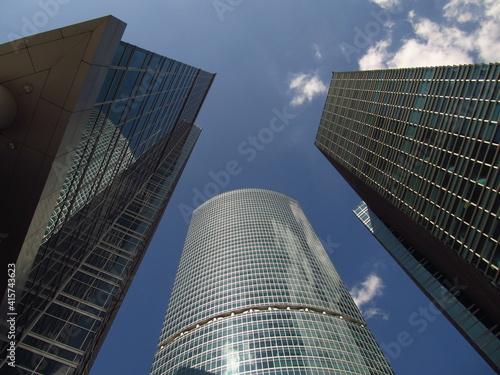 Obraz Szklane wieżowce w centrum Moskwy, widok z dołu w górę na tle nieba, Rosja - fototapety do salonu