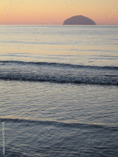 Fotografia Winter sunset and Ailsa Craig as seen from the beach at Girvan, South Ayrshire