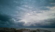 Nubi Tempestose Che Si Addensano Sul Mare All'orizzonte Viste Dalla Scogliera