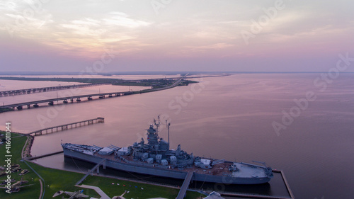 The USS Alabama battleship at sunrise Fotobehang