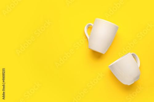 Obraz Empty cups on color background - fototapety do salonu
