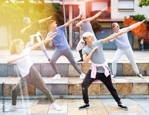 Foto Modern teenage street dancers performing outside in summer