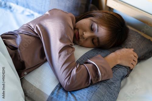 Fotografering ベッドで眠る女性