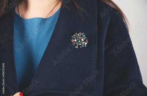 Canvastavla woman coat brooch
