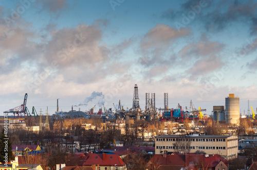 Obraz Widok na stocznię remontową i platformy wiertnicze na horyzoncie, Gdańsk, Polska - fototapety do salonu