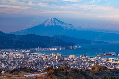 Leinwand Poster 富士山と夕日を浴びた清水港と市街地 静岡県静岡市日本平にて