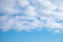 フワフワした雲と空の背景素材