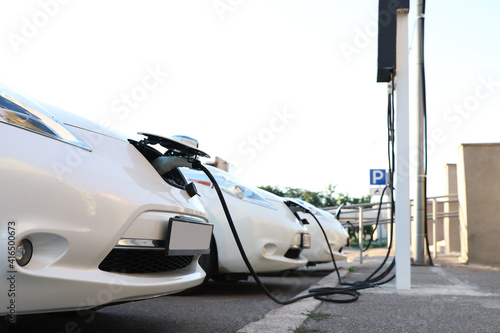 Photo Charging modern electric cars from station outdoors