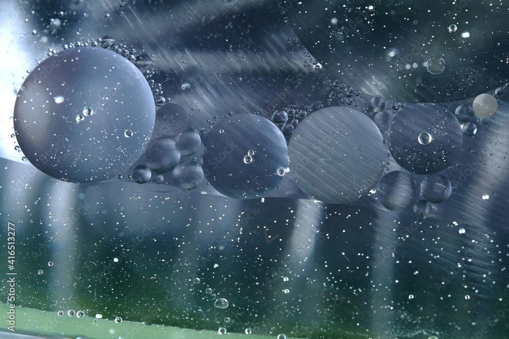 Fototapeta Świat bąbelków olejowych w wodzie na kolorowym tle w skali makro