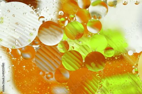 Fototapeta Świat bąbelków olejowych w wodzie na kolorowym tle w skali makro obraz