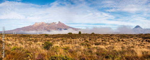 Fotografía Low cloud partially covering the volcanic Mountain Peaks in the tundra and tusso