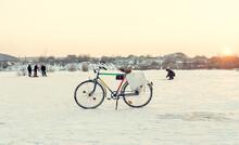 Bicicletă Retro, Vintage, Pentru Pescuitul De Iarnă. Pe Un Lac înghețat Iarna. Pescarii Pescuiesc în Fundal