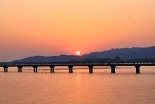 愛知県蒲郡市竹島に掛かる橋に沈む夕日