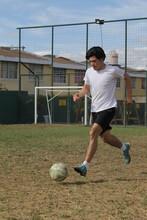 Deportista Jugando Y Dominando Un Balón De Football