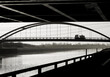 Blick auf eine Bogenbrücke von einem Standpunkt unterhalb einer Autobahnbrücke in Magdeburg