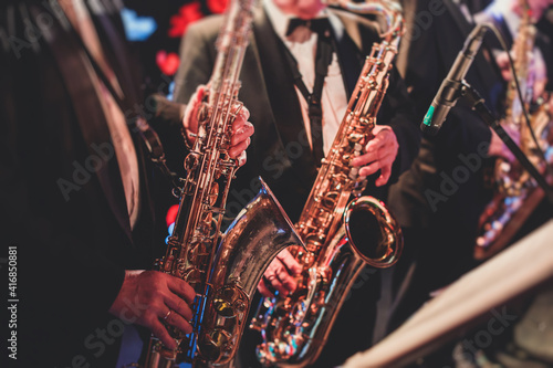 Fotografia Concert view of a saxophonist, saxophone sax player with vocalist and musical du