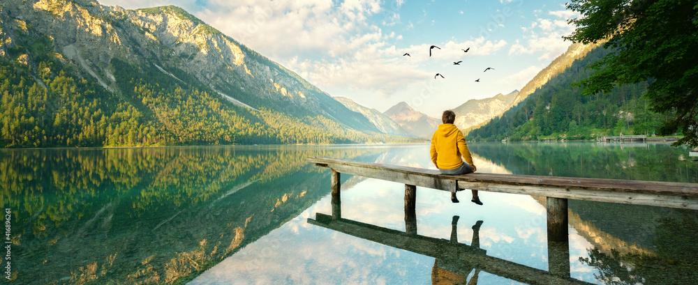 Fototapeta Blick über den See in die Berge
