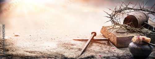 Foto Passion Of Jesus Christ - Hammer And Bloody Nails And Crown Of Thorns On Arid Gr