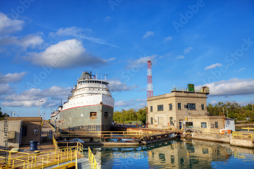 Cuadros en Lienzo View of Lake Freighter moving through the Welland Canal in Canada