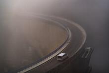 Minivan Ou Petite Camionnette Vue De Haut En Train De Circuler Sur Un Barrage Dans Le Brouillard
