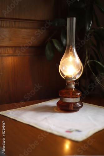 Obraz Lampa naftowa świecąca się światło - fototapety do salonu