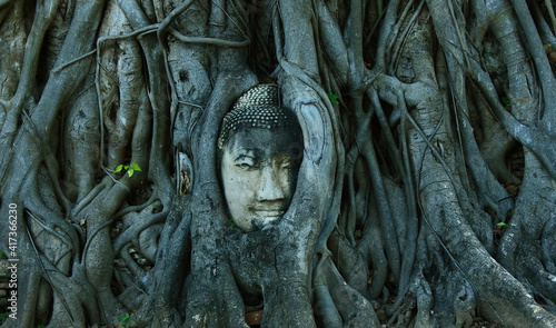 Foto Head of Sandstone Buddha in The Tree Roots at Wat Mahathat, Ayutthaya, Thailand