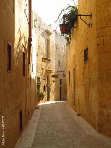 Fototapeta Wąski uliczki w starym cichym miasteczku na Malcie obraz