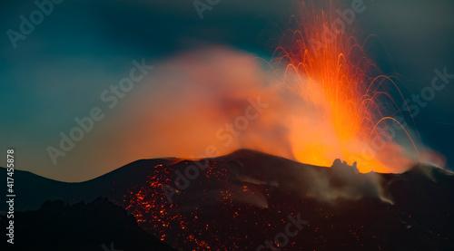 Photo Stromboli gleaming and erupting