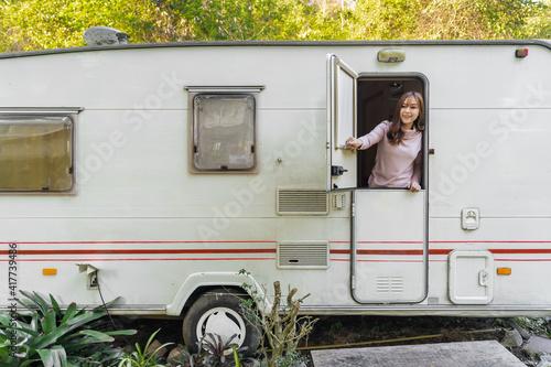 Fotografia happy woman at window of a camper RV van motorhome