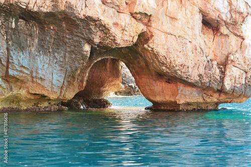 Photographie Passaggio/grotta nella roccia sul mare della Sardegna