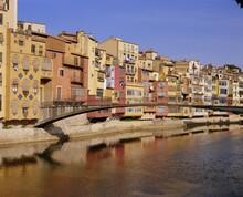 Medieval Houses On The Onyar River With Pont De Sant Feliu, Girona, Catalunya (Catalonia) (Cataluna), Spain, Europe