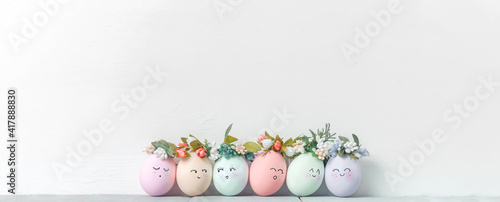 Fotografia decorative easter eggs on a light wooden background