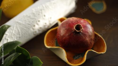 Fototapeta Granat owoc czerwony w miseczce ceramicznej obraz