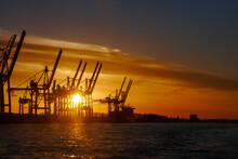 Hafenkräne Im Hamburger Hafen Bei Sonnenuntergang Im Gegenlicht