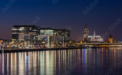 Canvas Print Köln – Kranhäuser und Dom bei Nacht; Deutschland