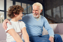 Grandfather E Grandchild That Enjoy Together On Sofa At Home