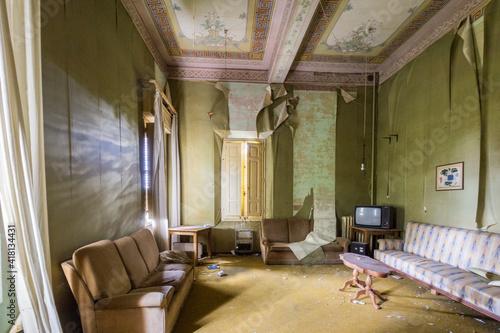 Obraz Stanza con pareti verdi, divano e televisore vintage - fototapety do salonu