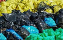 Lixo Em Sacos De Várias Cores.