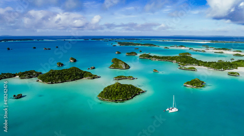 Foto A spectacular  drone  image over Falaga Island in the lower Lau Group, Fiji showing a catamaran peacefully at anchor