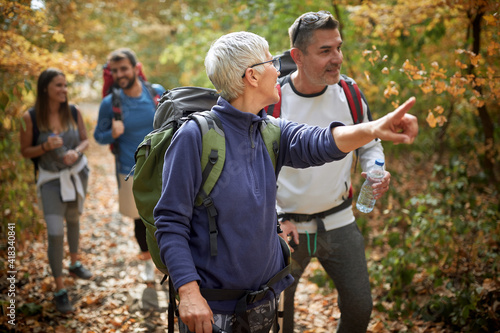 Woman on hiking with finger showing nature Fototapet