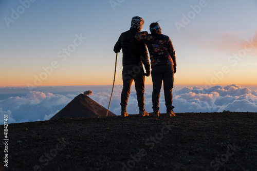 Foto Couple of climbers on top of the Acatenango volcano in Guatemala with the Volcán