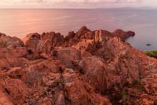 Paysage De La Côte D'Azur Près De Saint-Raphaël: Le Bout Du Massif De L'Esterel Avec Ses Roches Rouges Volcaniques Au Cap Du Dramont