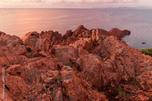 paysage de la Côte d'Azur près de Saint-Raphaël: le bout du massif de l'Esterel Fotobehang