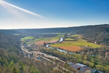 Blick Auf Kipfenberg Und Die Altmühl Von Einem Berg Aus Während Der Himmel Strahlend Blau Ist.