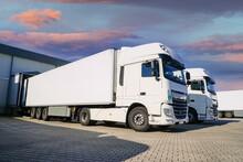 Saubere Lastkraftwagen Auf Dem Hof Einer Spedition, Symbolfoto Für Transport Und Logistik.
