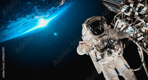 Fotografija Astronaut spaceman do spacewalk while working for space station in outer space