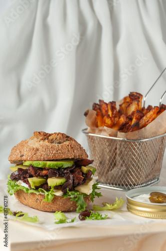 Fototapeta burger z kąskami sojowymi obraz